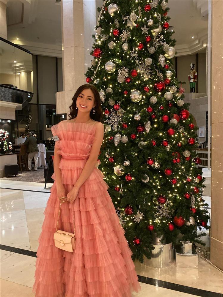 Vừa đặt chân tới Miss World 2019, Lương Thùy Linh mặc ngay đầm hồng phong thủy thi tài năng-4