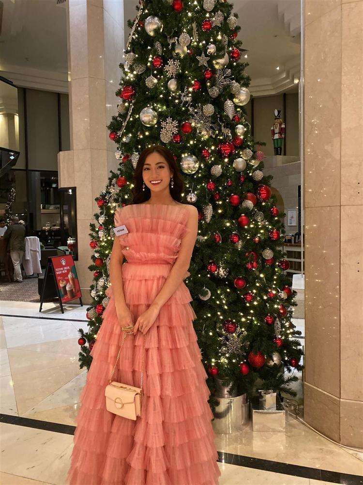 Vừa đặt chân tới Miss World 2019, Lương Thùy Linh mặc ngay đầm hồng phong thủy thi tài năng-5