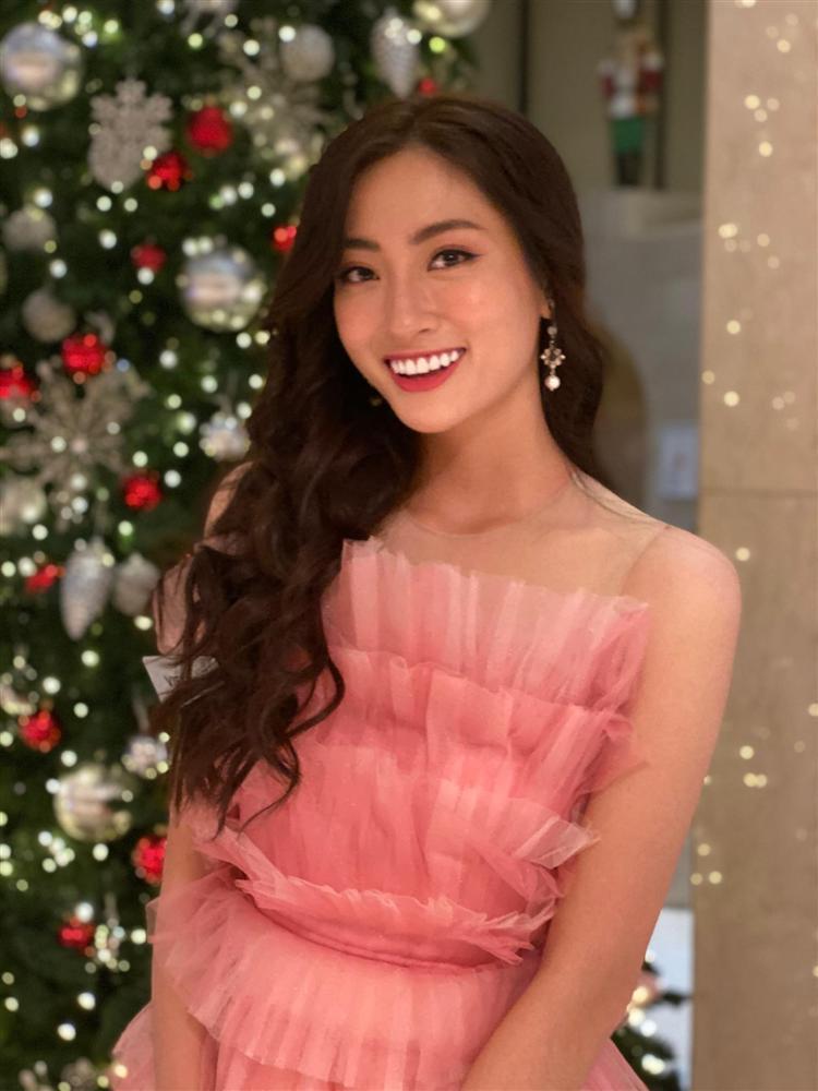 Vừa đặt chân tới Miss World 2019, Lương Thùy Linh mặc ngay đầm hồng phong thủy thi tài năng-6