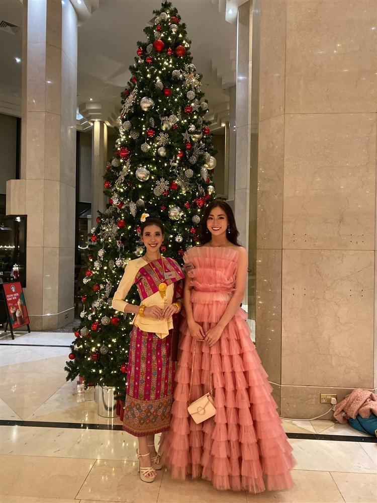 Vừa đặt chân tới Miss World 2019, Lương Thùy Linh mặc ngay đầm hồng phong thủy thi tài năng-8
