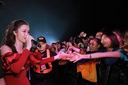 Đông Nhi nhận cái kết 'đắng' khi hát cùng khán giả