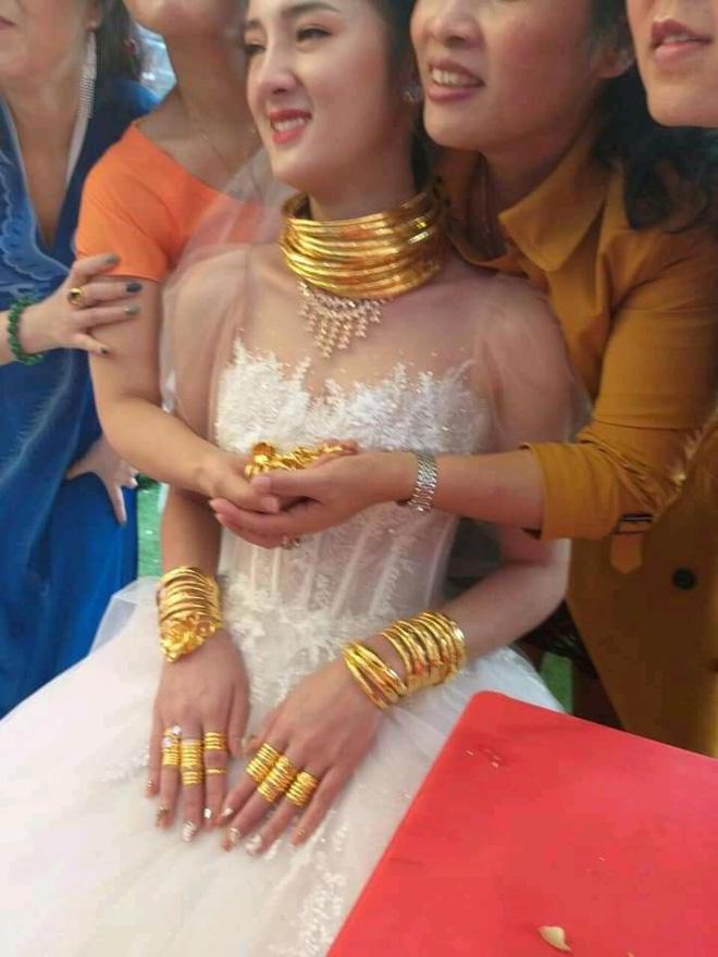 Dân mạng xuýt xoa trước cô dâu Cao Bằng vàng dát từ đầu đến chân trong đám cưới-2
