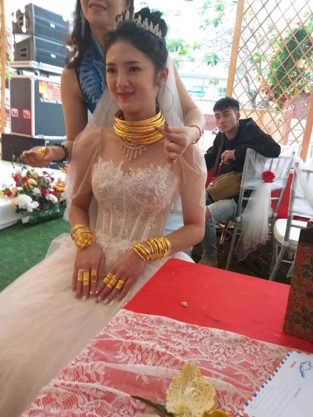 Dân mạng xuýt xoa trước cô dâu Cao Bằng vàng dát từ đầu đến chân trong đám cưới-1