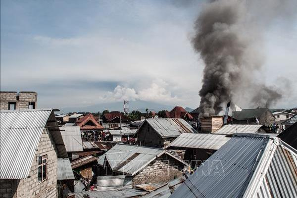 Máy bay rơi xuống khu dân cư, ít nhất 18 người thiệt mạng-1