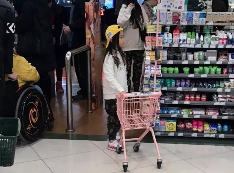 Lý Tiểu Lộ diện giày đôi với nhân tình khi dẫn con gái đi chơi-1