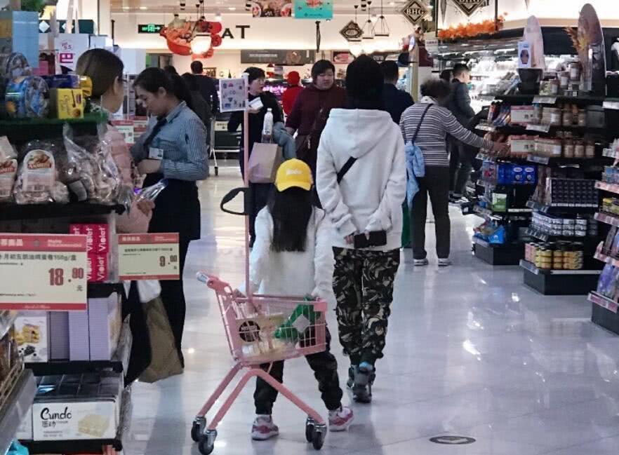 Lý Tiểu Lộ diện giày đôi với nhân tình khi dẫn con gái đi chơi-2