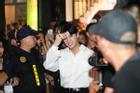 Diễn ở xứ Hàn, Noo Phước Thịnh phải nhờ vệ sĩ hộ tống khỏi vòng vây người hâm mộ