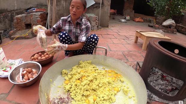Làm bánh khoai khổng lồ nhưng bị đen một mảng lớn, bà Tân Vlog có cách chữa cháy siêu hay-5