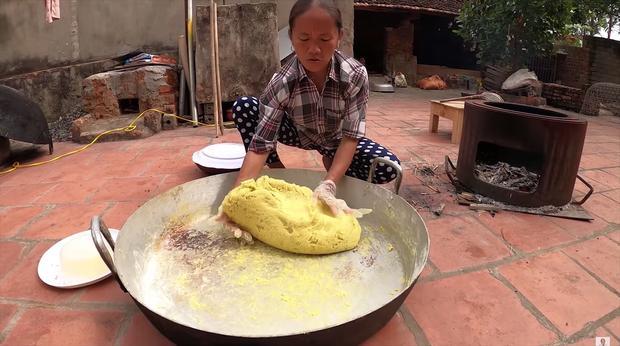 Làm bánh khoai khổng lồ nhưng bị đen một mảng lớn, bà Tân Vlog có cách chữa cháy siêu hay-6