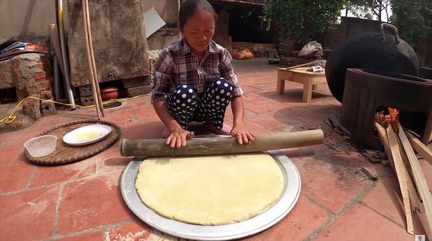 Làm bánh khoai khổng lồ nhưng bị đen một mảng lớn, bà Tân Vlog có cách chữa cháy siêu hay-7