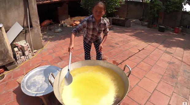 Làm bánh khoai khổng lồ nhưng bị đen một mảng lớn, bà Tân Vlog có cách chữa cháy siêu hay-8