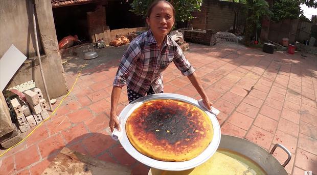 Làm bánh khoai khổng lồ nhưng bị đen một mảng lớn, bà Tân Vlog có cách chữa cháy siêu hay-1