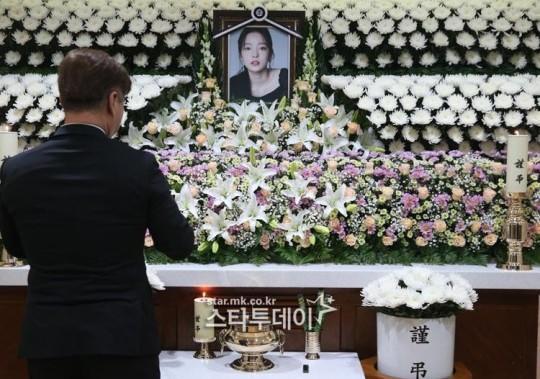 Lễ viếng ngập hoa trắng của Goo Hara-2