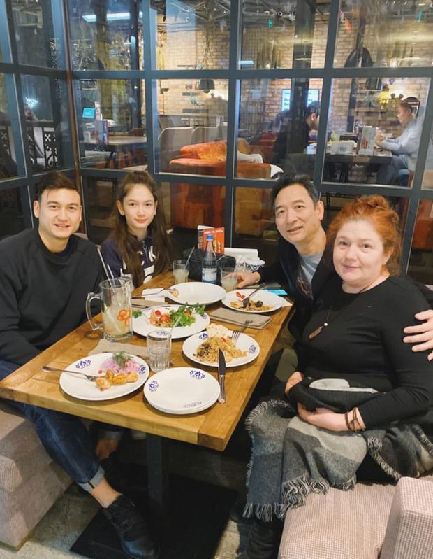 Thả nhẹ tấm ảnh đoàn tụ bên gia đình, Đặng Văn Lâm làm fans xuýt xoa bởi nhìn ai cũng đẹp-1