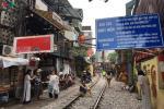 Khách Tây check-in phố đường tàu Hà Nội bất chấp lệnh cấm