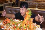 Thử thách ăn nồi lẩu hải sản sang trọng giá gần 250 USD