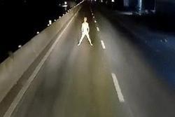 Khỏa thân đứng múa trước đầu xe container