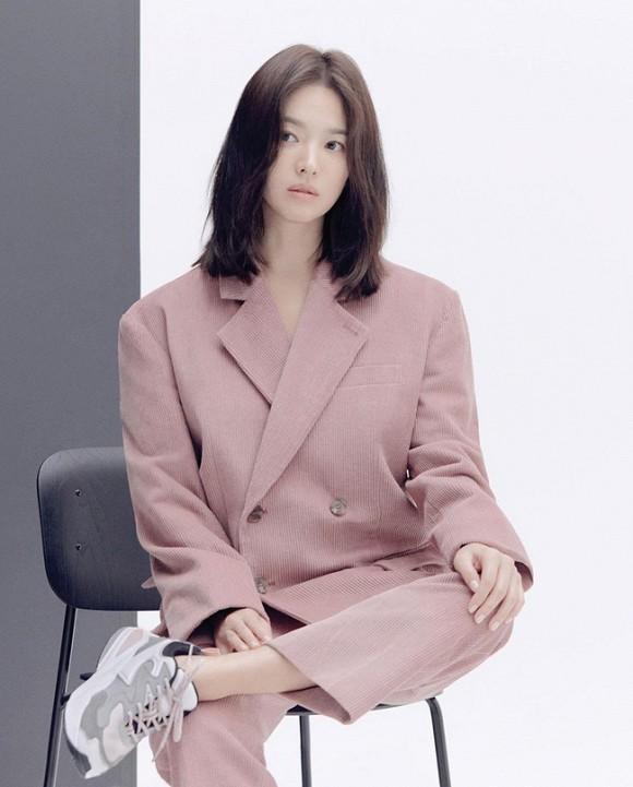 Jeon Ji Hyun và Song Hye Kyo hiếm lắm mới diện đồ na ná nhau: Mợ chảnh trẻ trung dù có 2 con, nhưng vẫn thua chị Song ở điểm này-1
