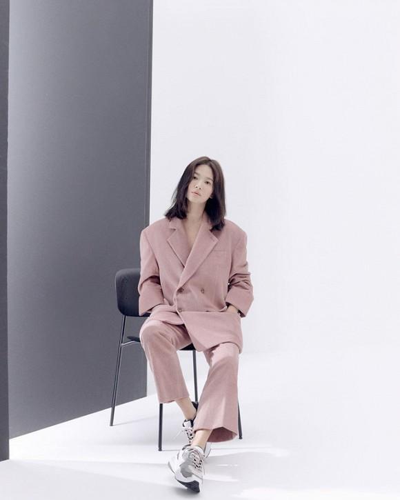 Jeon Ji Hyun và Song Hye Kyo hiếm lắm mới diện đồ na ná nhau: Mợ chảnh trẻ trung dù có 2 con, nhưng vẫn thua chị Song ở điểm này-2