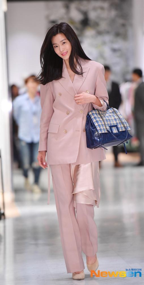 Jeon Ji Hyun và Song Hye Kyo hiếm lắm mới diện đồ na ná nhau: Mợ chảnh trẻ trung dù có 2 con, nhưng vẫn thua chị Song ở điểm này-3