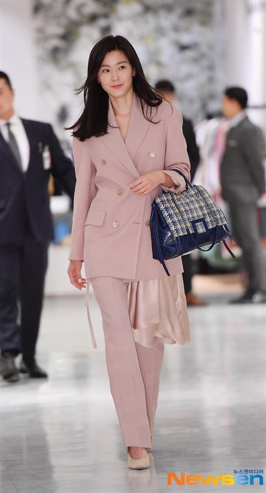 Jeon Ji Hyun và Song Hye Kyo hiếm lắm mới diện đồ na ná nhau: Mợ chảnh trẻ trung dù có 2 con, nhưng vẫn thua chị Song ở điểm này-4