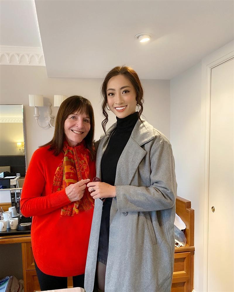 Lương Thùy Linh trò chuyện thân mật, nhận cơn mưa lời khen từ chủ tịch Miss World-2