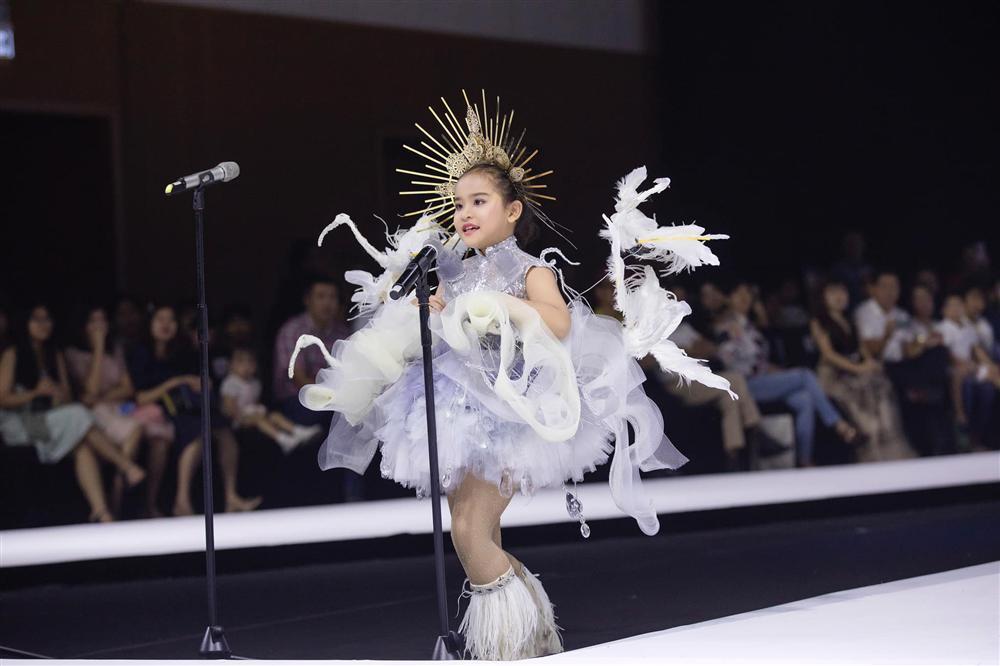 Mẫu nhí hô vang Việt Nam khi mặc bộ trang phục dân tộc được thiết kế cho Hoàng Thùy tại cuộc thi Miss Universe 2019-2