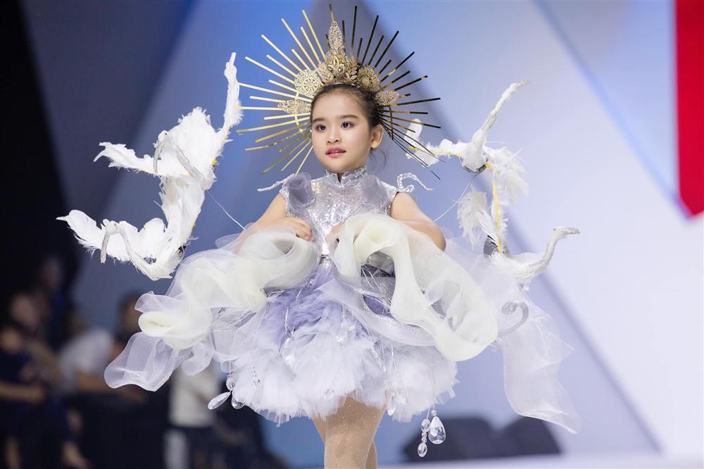 Mẫu nhí hô vang Việt Nam khi mặc bộ trang phục dân tộc được thiết kế cho Hoàng Thùy tại cuộc thi Miss Universe 2019-1