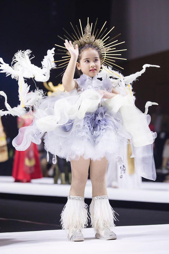 Mẫu nhí hô vang Việt Nam khi mặc bộ trang phục dân tộc được thiết kế cho Hoàng Thùy tại cuộc thi Miss Universe 2019-3