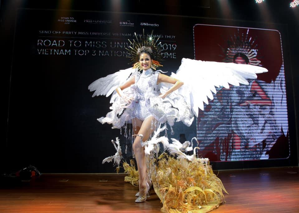 Mẫu nhí hô vang Việt Nam khi mặc bộ trang phục dân tộc được thiết kế cho Hoàng Thùy tại cuộc thi Miss Universe 2019-8