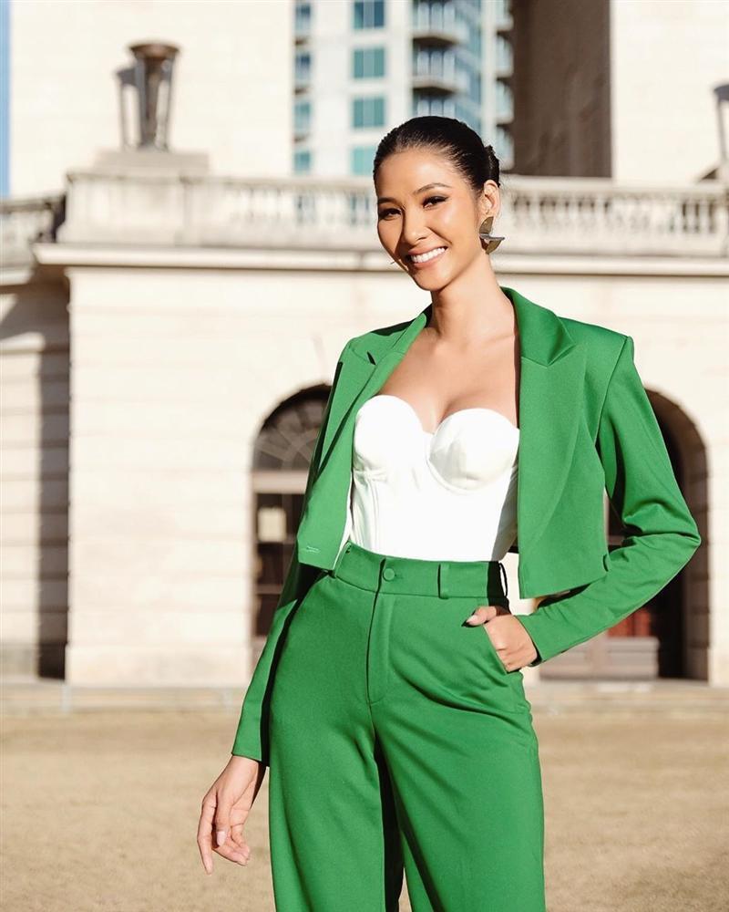 Vừa sang Mỹ thi Miss Universe, Hoàng Thùy diện suit xanh gợi nhớ đến phong cách của HHen Niê-3