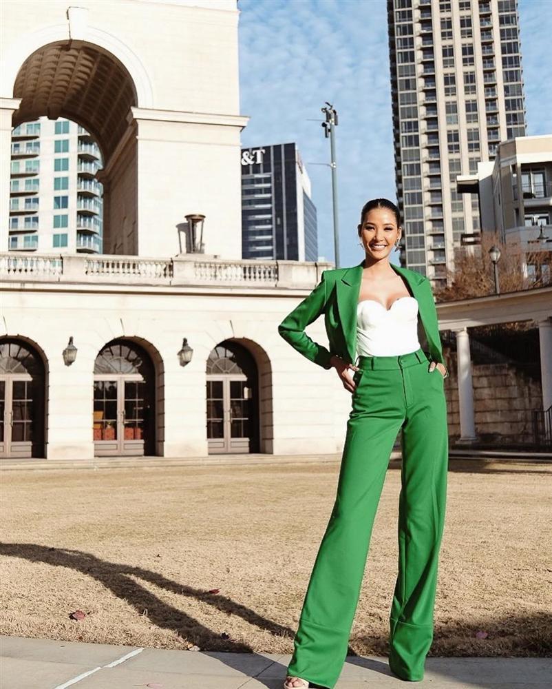 Vừa sang Mỹ thi Miss Universe, Hoàng Thùy diện suit xanh gợi nhớ đến phong cách của HHen Niê-4