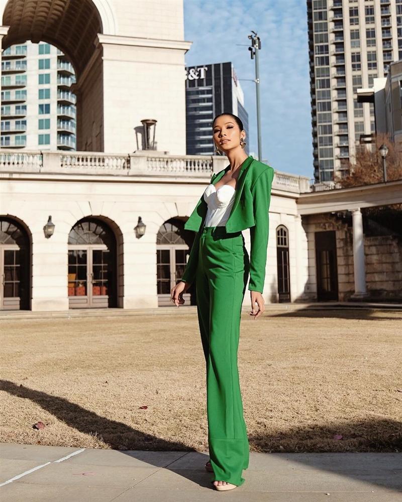 Vừa sang Mỹ thi Miss Universe, Hoàng Thùy diện suit xanh gợi nhớ đến phong cách của HHen Niê-5