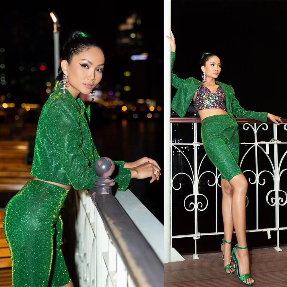 Vừa sang Mỹ thi Miss Universe, Hoàng Thùy diện suit xanh gợi nhớ đến phong cách của HHen Niê-8
