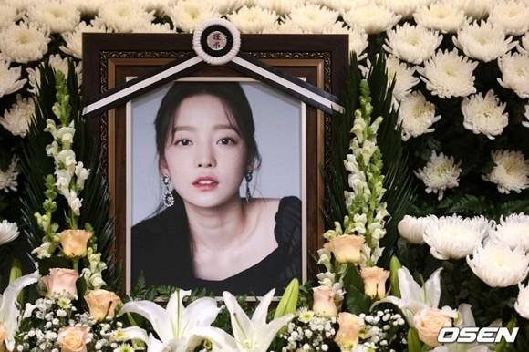 Gia đình, đồng nghiệp tiễn biệt Goo Hara, khóc trong lễ tang kín đáo đưa cố nghệ sĩ về nơi an nghỉ cuối cùng-1