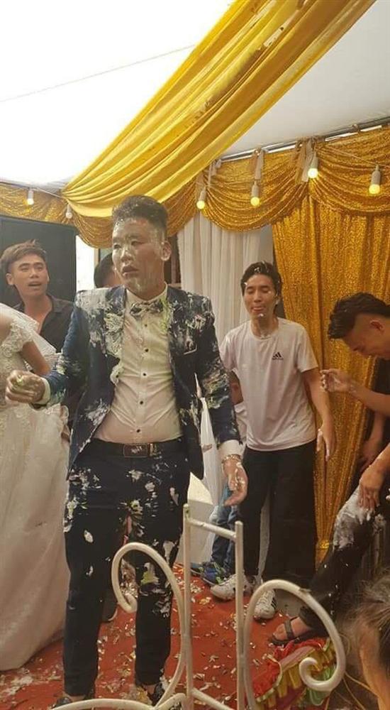 Trò đùa của hội bạn thân trong ngày cưới biến chú rể thành bánh gato di động làm cô dâu khóc hết nước mắt-2