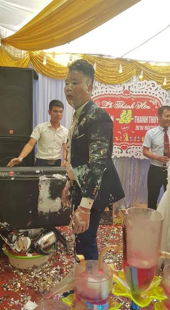 Trò đùa của hội bạn thân trong ngày cưới biến chú rể thành bánh gato di động làm cô dâu khóc hết nước mắt-3