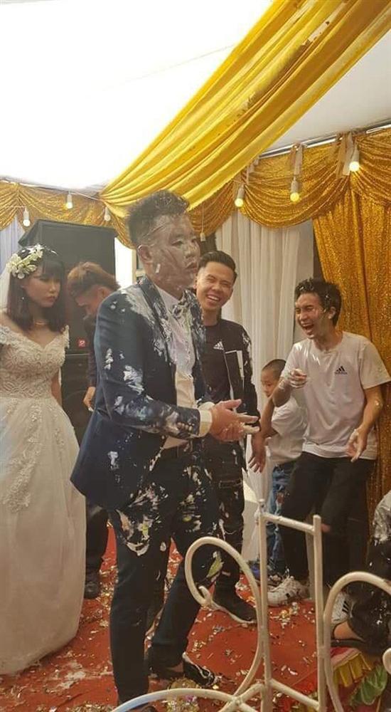 Trò đùa của hội bạn thân trong ngày cưới biến chú rể thành bánh gato di động làm cô dâu khóc hết nước mắt-4