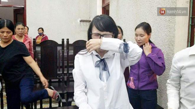 Clip: Chị gái nữ sinh giao gà gào khóc nức nở khi bà Hiền nhận mức án 20 năm tù Mẹ tôi bị oan mà-2