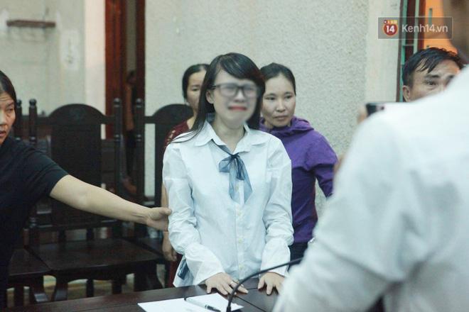 Clip: Chị gái nữ sinh giao gà gào khóc nức nở khi bà Hiền nhận mức án 20 năm tù Mẹ tôi bị oan mà-3