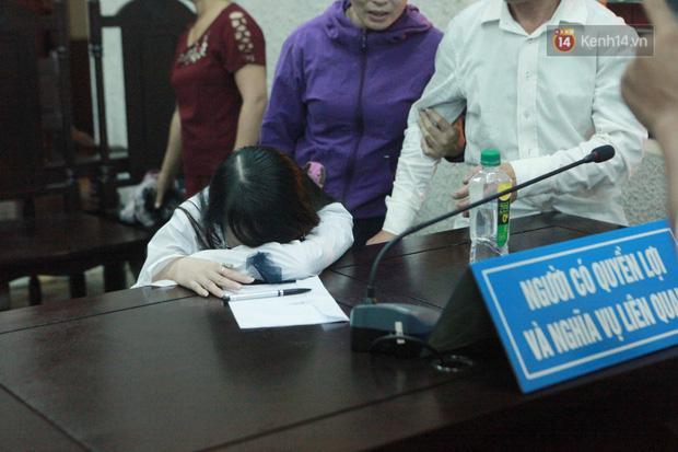 Clip: Chị gái nữ sinh giao gà gào khóc nức nở khi bà Hiền nhận mức án 20 năm tù Mẹ tôi bị oan mà-4