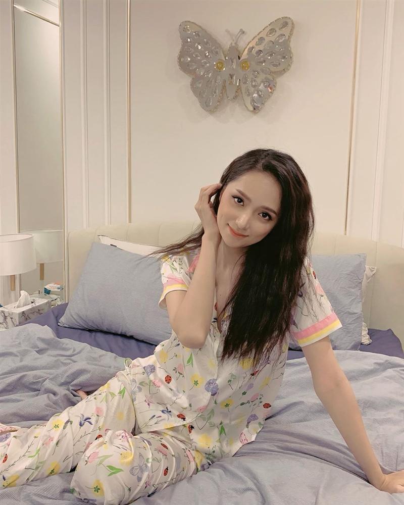 Hương Giang idol khoe hình ảnh làm nũng trên giường trái ngược hoàn toàn với phong cách sexy, sang chảnh thường thấy-1