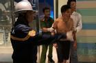 Người đàn ông cắt bộ phận sinh dục, đu bám tầng 23 la hét đòi nhảy xuống đất