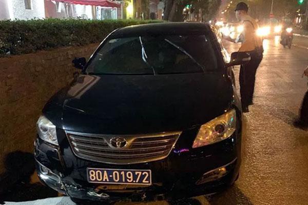 Hà Nội: Xe biển xanh gây tai nạn rồi bỏ chạy, tài xế cố thủ trên xe-1