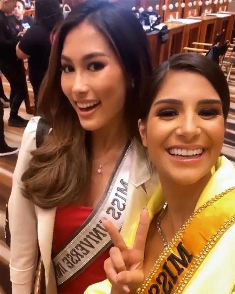 Ngày đầu tiên tại Miss Universe 2019: Hoàng Thùy hồng chói chang, Indonesia chiếm spotlight-10