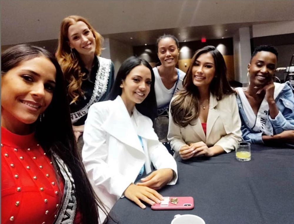 Ngày đầu tiên tại Miss Universe 2019: Hoàng Thùy hồng chói chang, Indonesia chiếm spotlight-9
