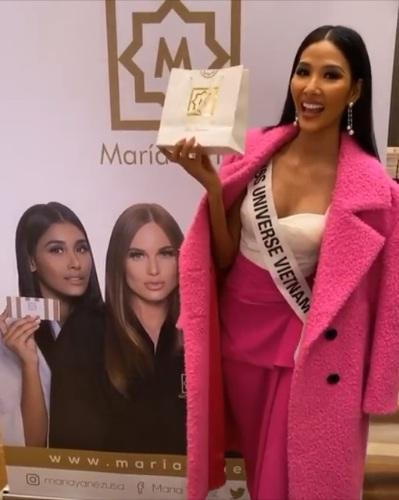 Ngày đầu tiên tại Miss Universe 2019: Hoàng Thùy hồng chói chang, Indonesia chiếm spotlight-4