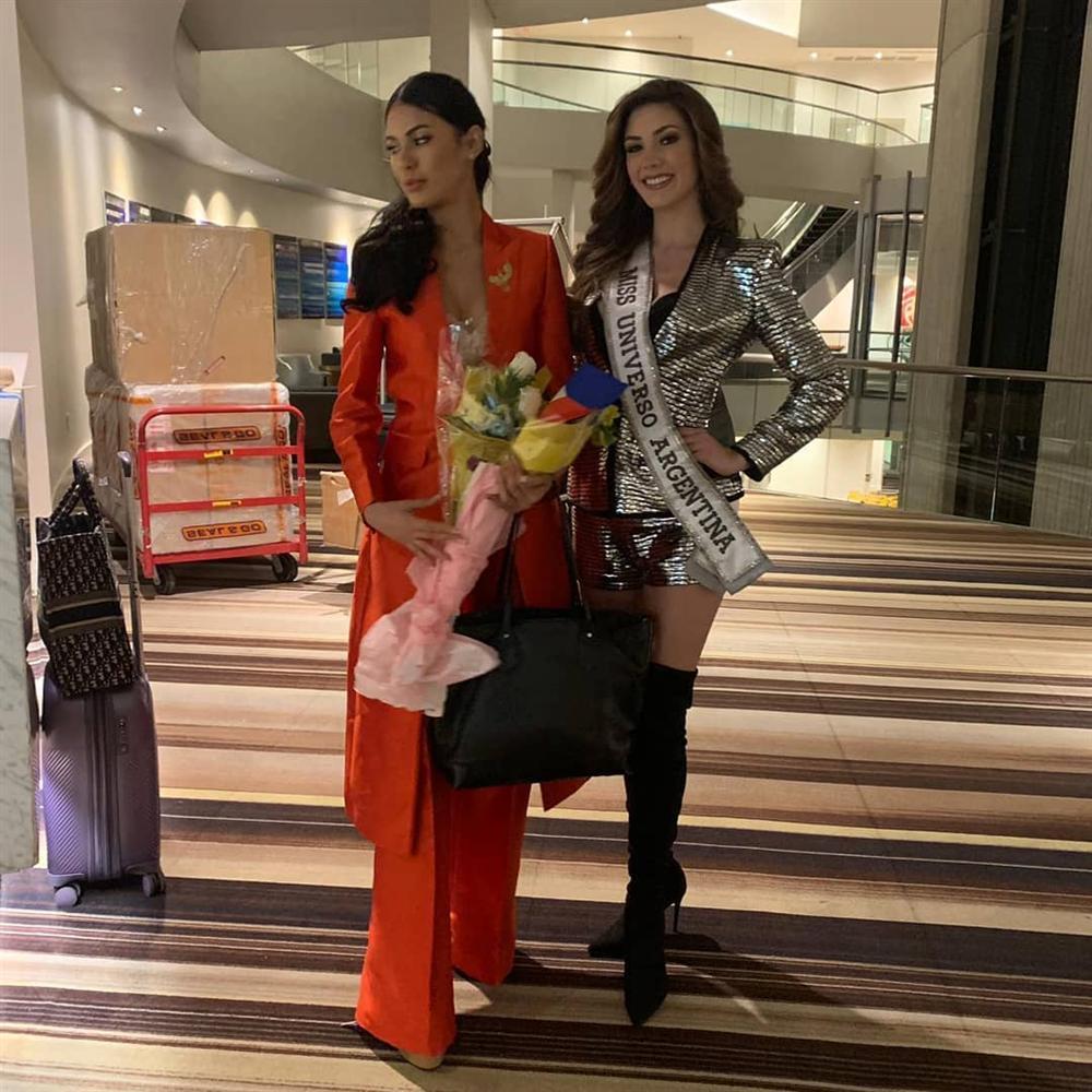 Ngày đầu tiên tại Miss Universe 2019: Hoàng Thùy hồng chói chang, Indonesia chiếm spotlight-23