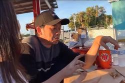 Hoài Linh bĩu môi khi được em trai Dương Triệu Vũ dẫn đi ăn hải sản trên đất Mỹ