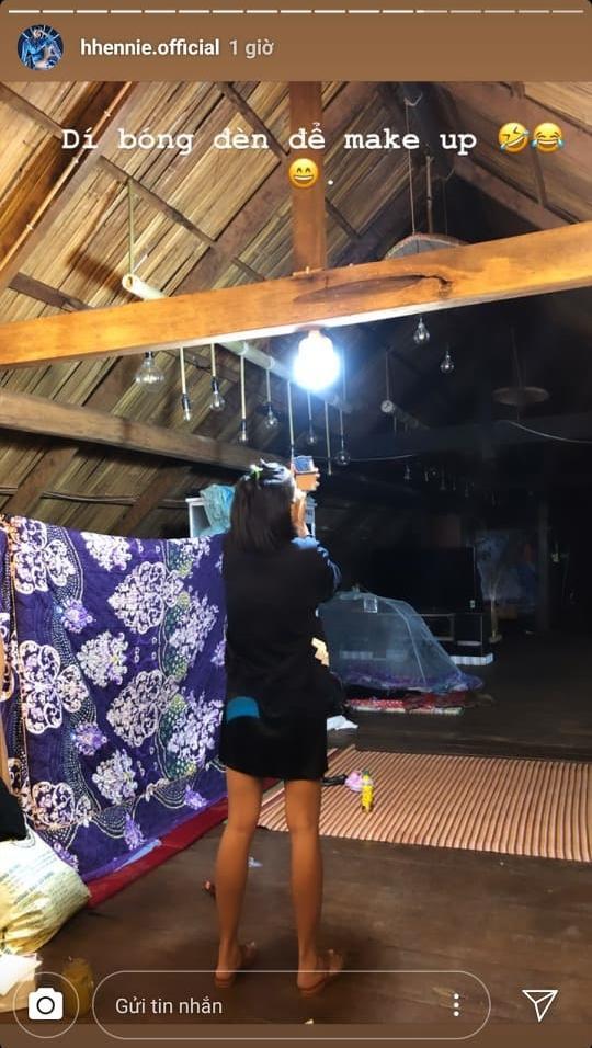 HHen Niê thà mỏi cổ trang điểm dưới ánh sáng tù mù ở nhà còn hơn sung sướng trong khách sạn 5 sao-1